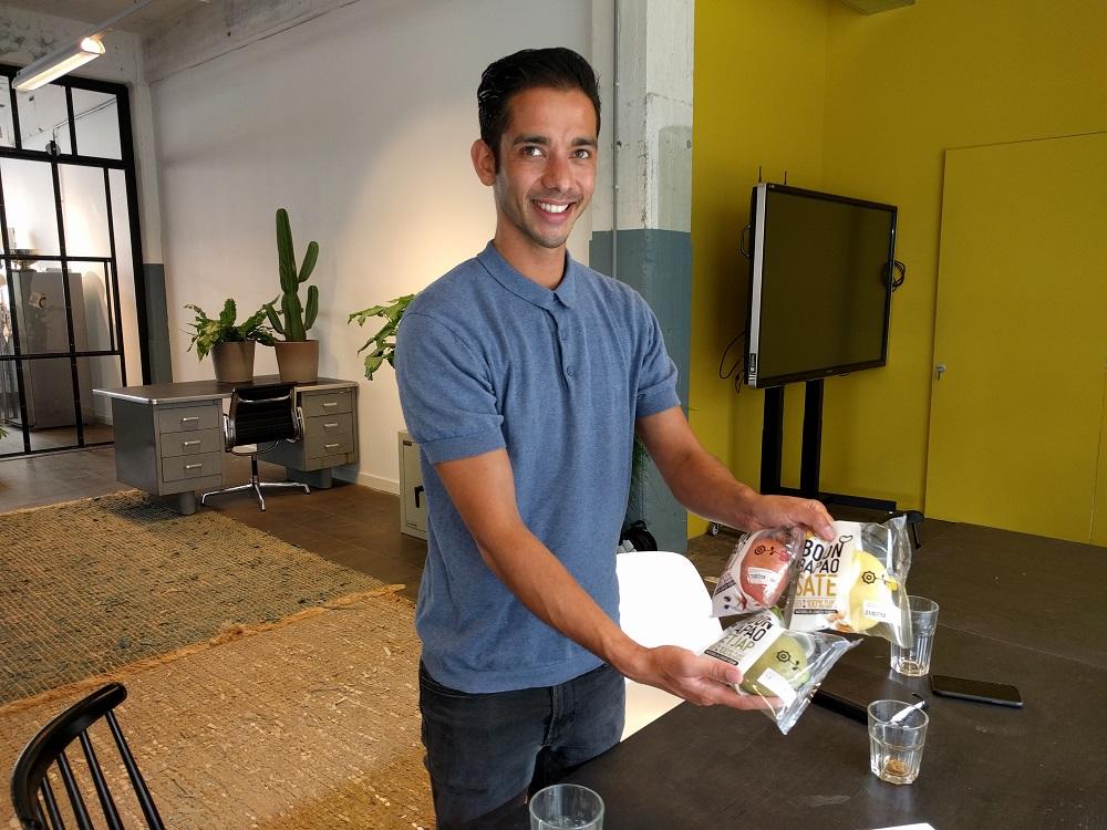 Michael met zijn nieuwste product Bonen Bapao - HAS blog - HAS Hogeschool