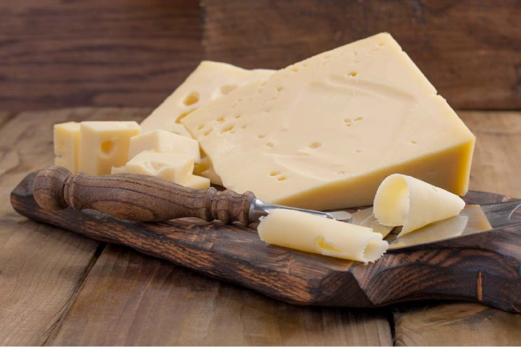 Kaas op houten plank
