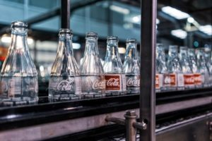 Coco cola flessen in fabriek
